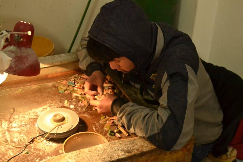 Bambini lavoratori orefici nel tour del Valle Sagrado di Cusco in Perù