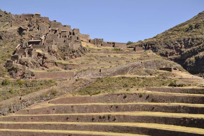 La vista completa di Pisaq e dei suoi terrazzamenti in Perù