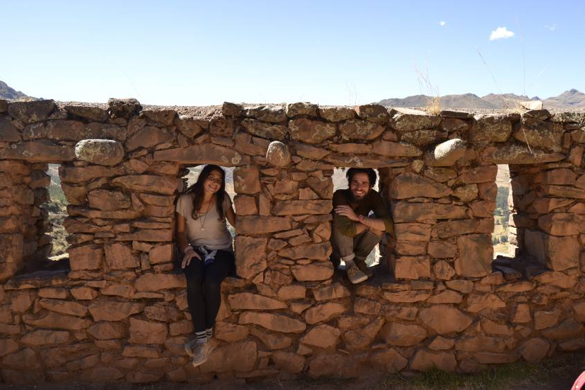 Foto all'interno delle finestre di pietra nel villaggio di Pisaq in Perù