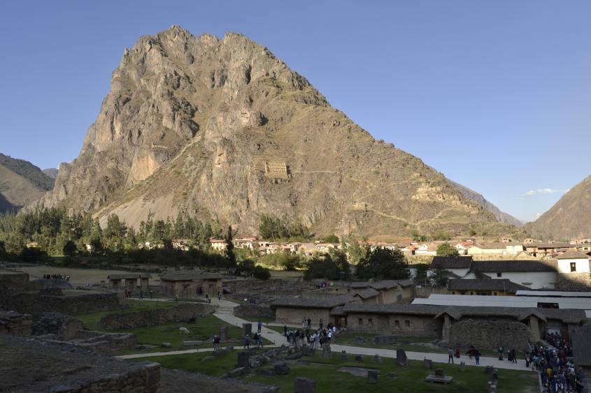 Vista sul paesaggio e sulla montagna dall'interno del Parco Archeologico di Ollayntatambo