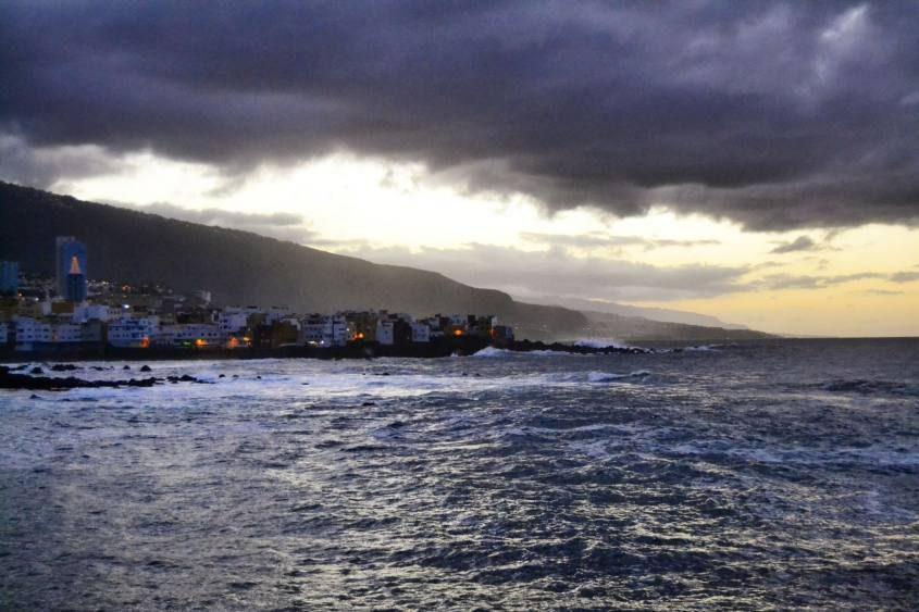 Vista oceano con maltempo a Puerto de la Cruz a Tenerife