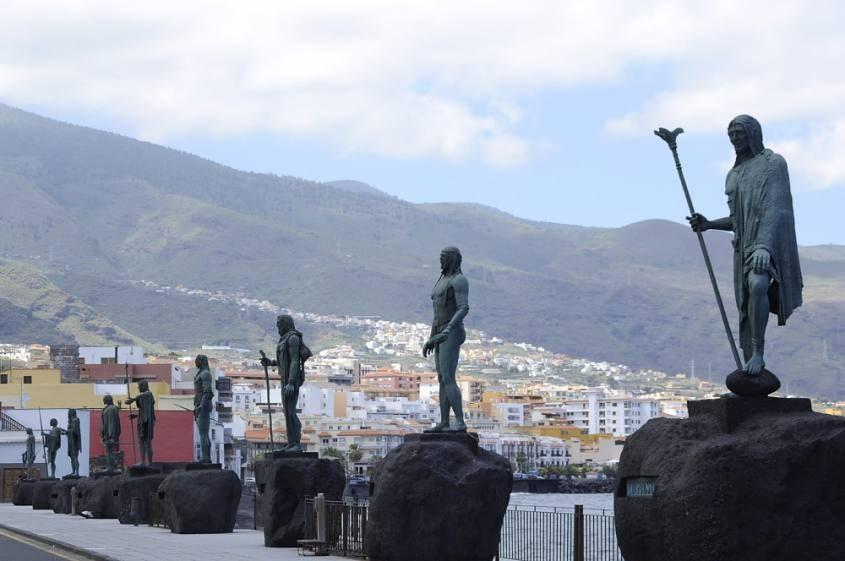 Statue piazza principale Candelaria Tenerife