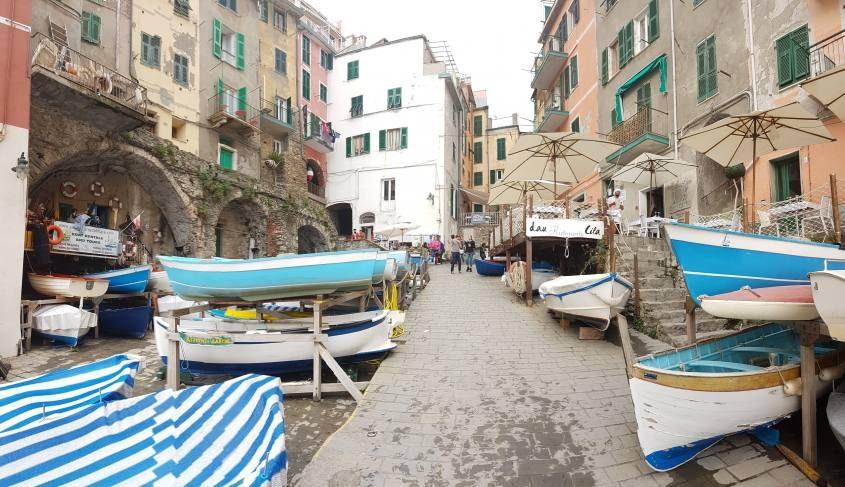 Barche ormeggiate lungo la piazza di Riomaggiore alle Cinque Terre