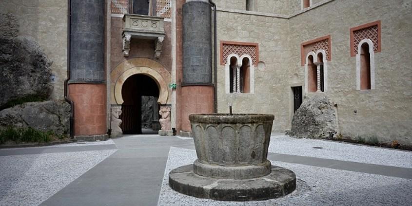 Cortile centrale con fonte battesimale della Rocchetta Mattei
