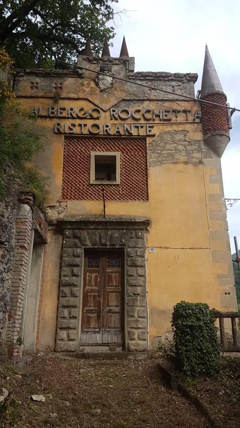 Il vecchio e abbandonato ristorante albergo della Rocchetta Mattei
