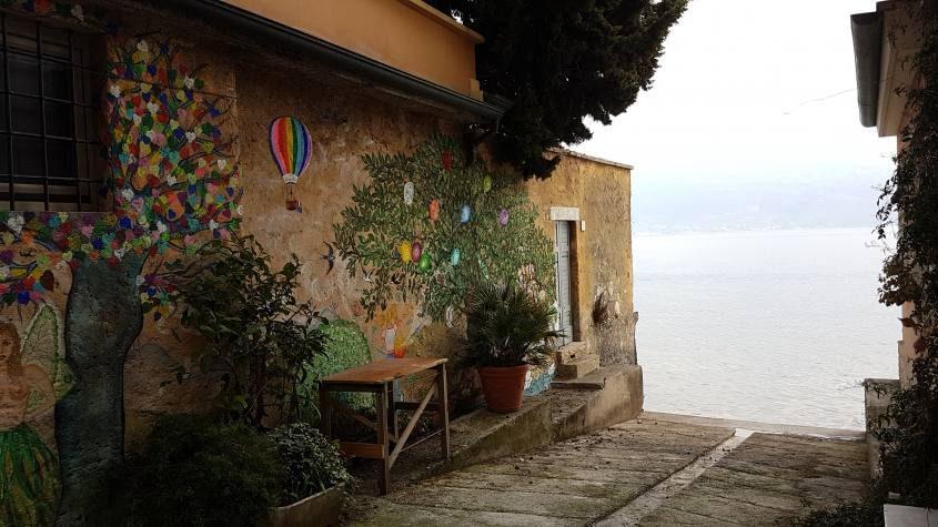 Bellissimo dettaglio di un vicolo a Bogliaco sul lago di Garda