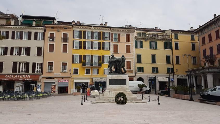 Piazza principale nel centro di Salò sul Lago di Garda