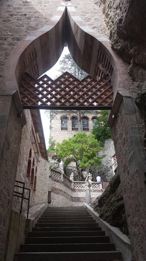 Scale di ingresso al castello Rocchetta Mattei