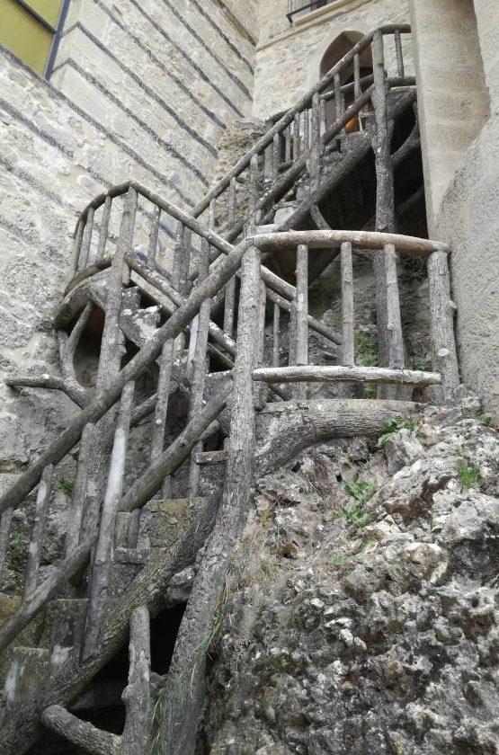 Scale interne in cemento simili al legno nel castello Rocchetta Mattei
