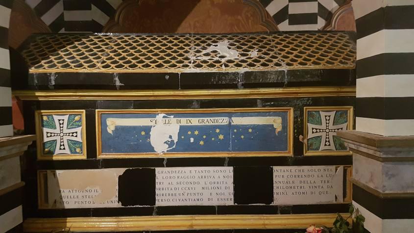 Cripta del Conte Cesare Mattei nella stanza della cappella nel castello Rocchetta Mattei