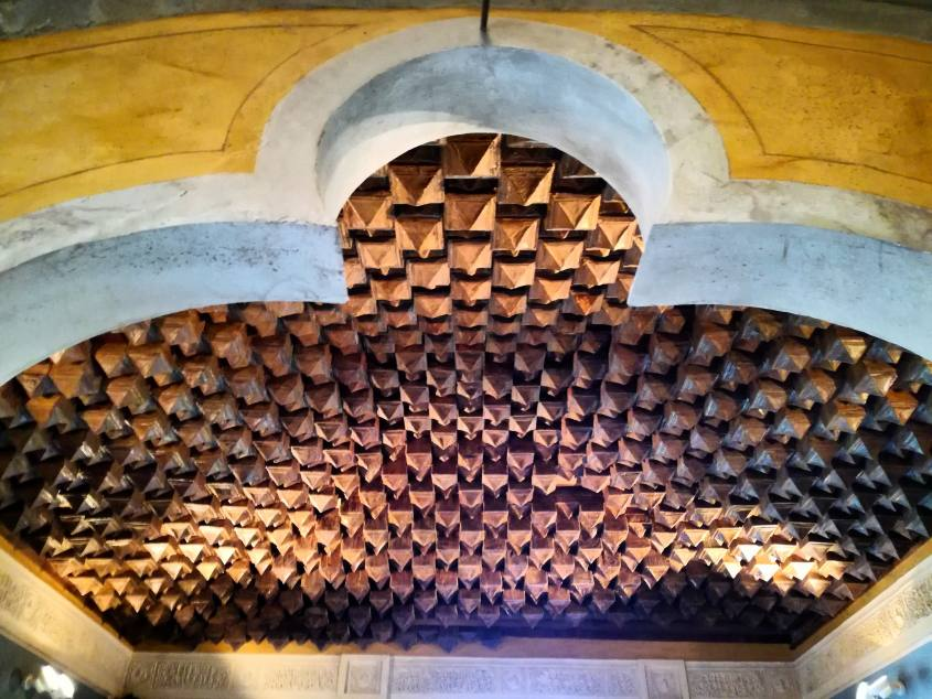 Soffitto di stalattiti di cartapesta dello Studio Medico del Conte all'interno del castello Rocchetta Mattei