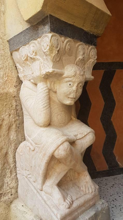 Statua del bene nel corridoio d'ingresso della Rocchetta Mattei