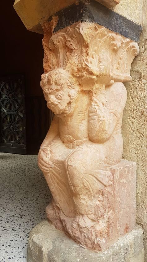 Statua del male nel corridoio d'ingresso della Rocchetta Mattei
