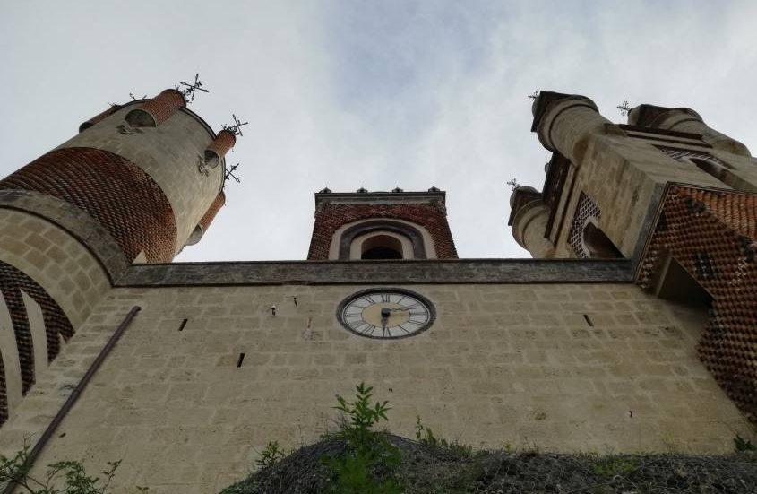 Torre dell'orologio all'interno del castello Rocchetta Mattei