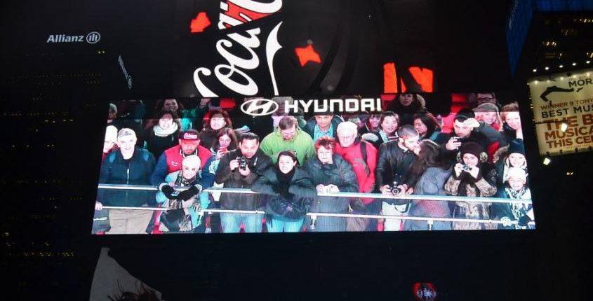 Bacio nel grande schermo di Time Square a New York