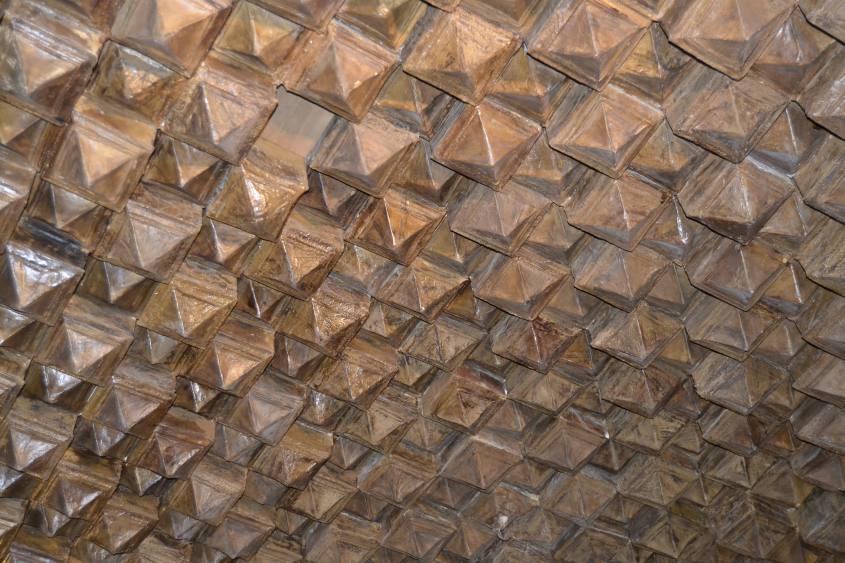 Dettaglio del soffitto dalle punte di cartapesta alla Rocchetta Mattei a Bologna