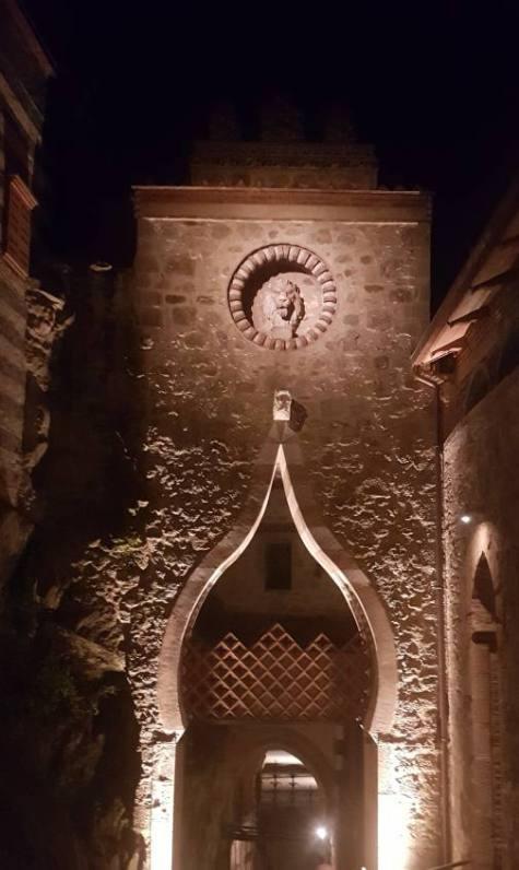 Entrata principale alla Rocchetta Mattei di notte a Bologna