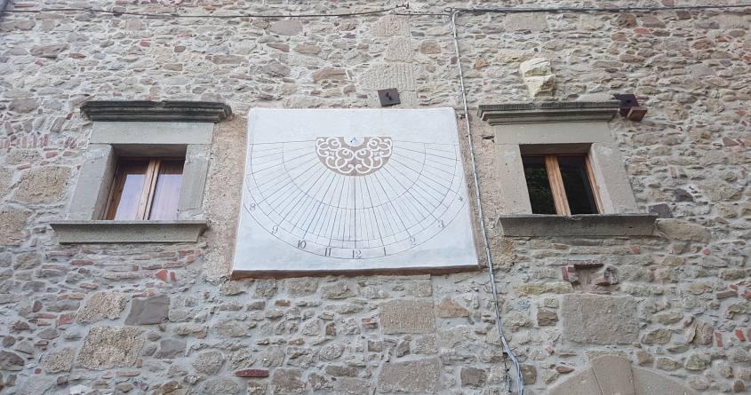Meridiana all'interno del borgo di La Scola a Grizzana Morandi