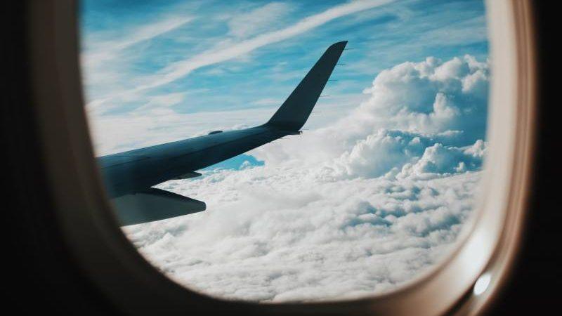 Vista delle nuvole dall'aereo dal posto vicino l'ala