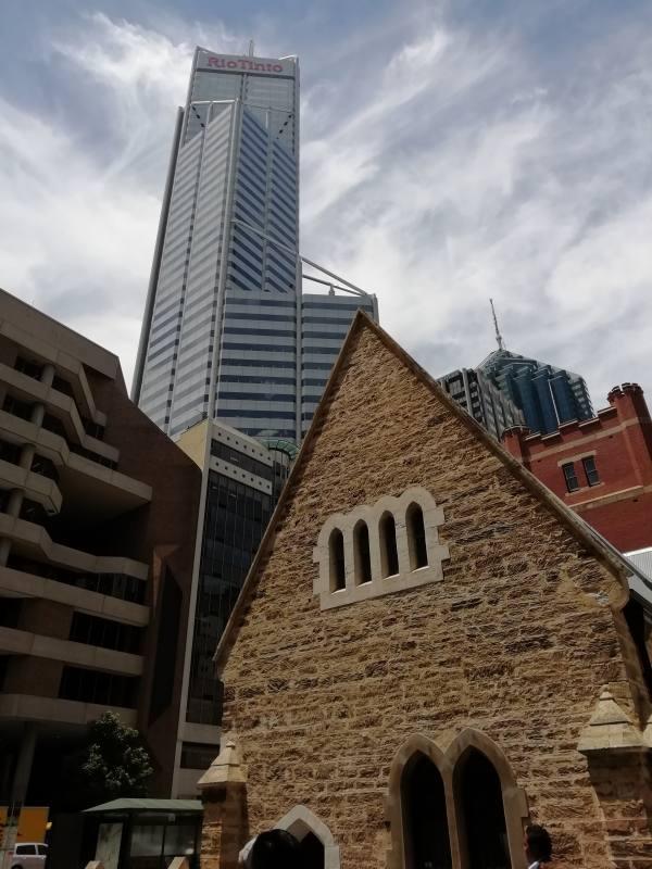 Contrasto edifici storici e moderni nel CBD di Perth