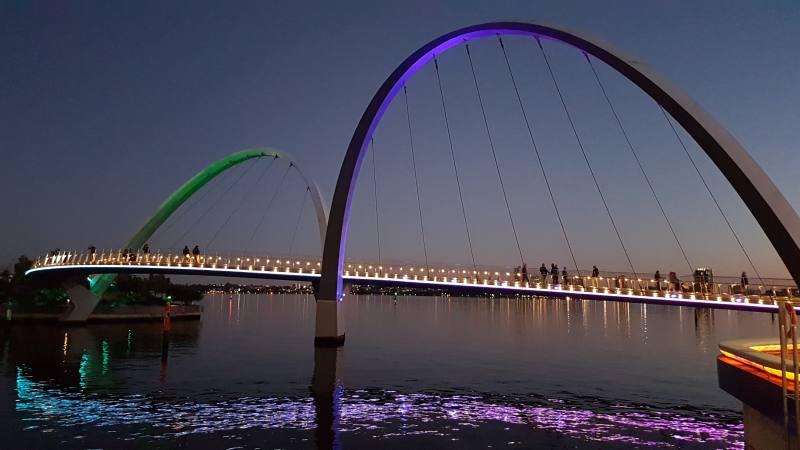 Ponte pedonale illuminato di notte ad Elizabeth Quay a Perth