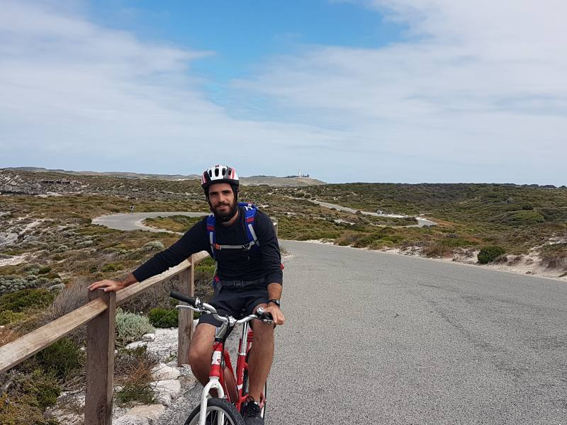 Leo e la sua bicicletta per le strade di Rottnest Island