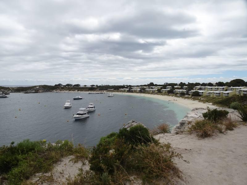 Spiaggia del centro abitato di Geordie Bay dal punto panoramico di Rottnest Island