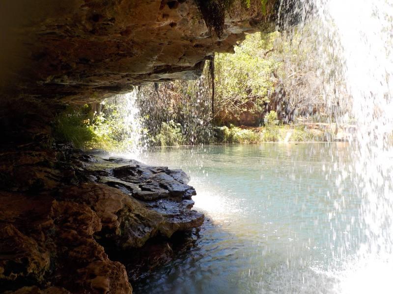 Cascate di Fern Pool viste dalla grotta all'interno del Karijini National Park