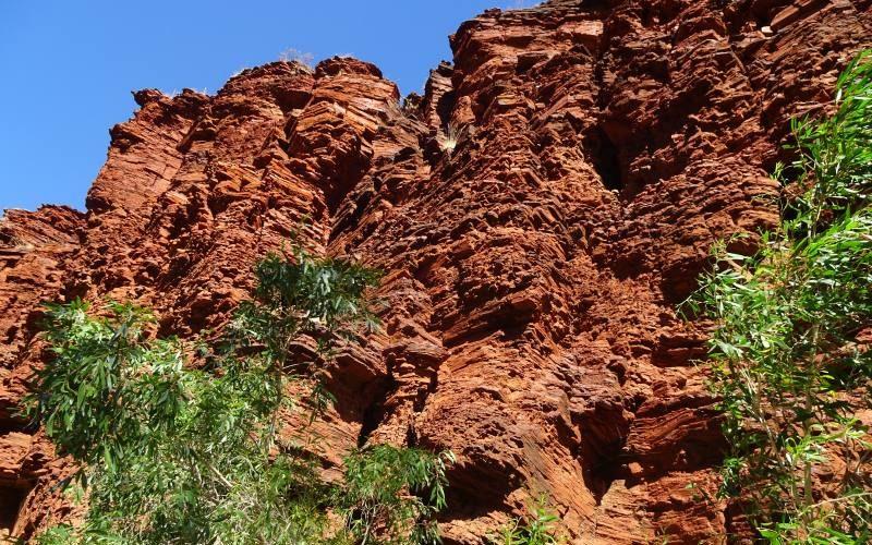 Dettaglio roccia colore rosso intenso del Parco di Karijini in Australia