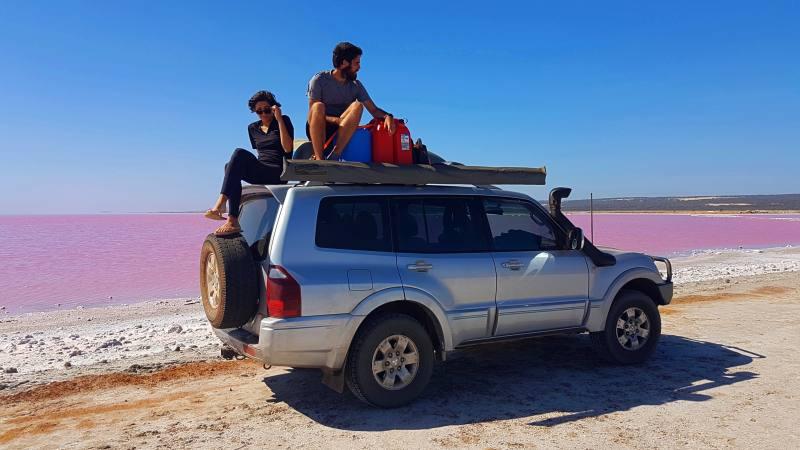 Foto con la Peggy sul bordo del Pink Lake (Hutt Lagoon), il lago rosa di Port Gregory in Western Australia