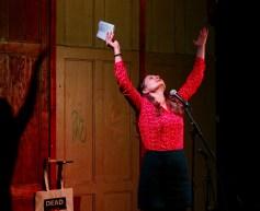 Poetin Valentina Musselius performt beim Dead versus Alive Slam im Beyerhaus