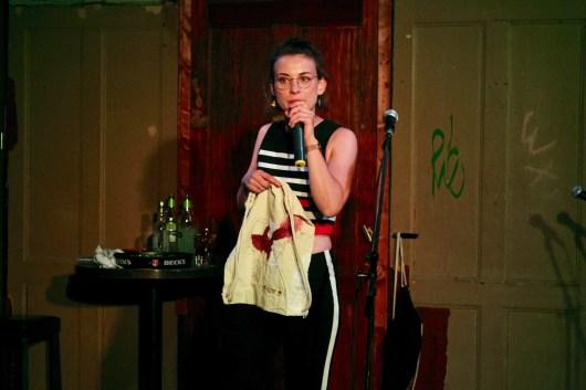 Moderatorin Josephine von Blueten Staub und der Gewinnerbeutel beim Topical Island Poetry Slam - Thema Drunk Slam am 22. Mai 2018 im Beyerhaus