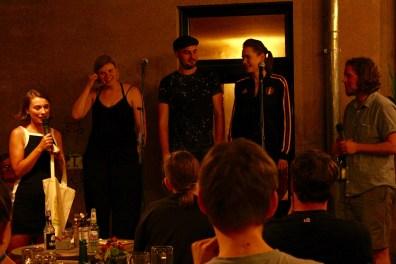 FinalistInnen Marvin Jessy und Inga beim Fußball Slam Juni 2018 Beyerhaus Leipzig Topical Island Poetry Slam