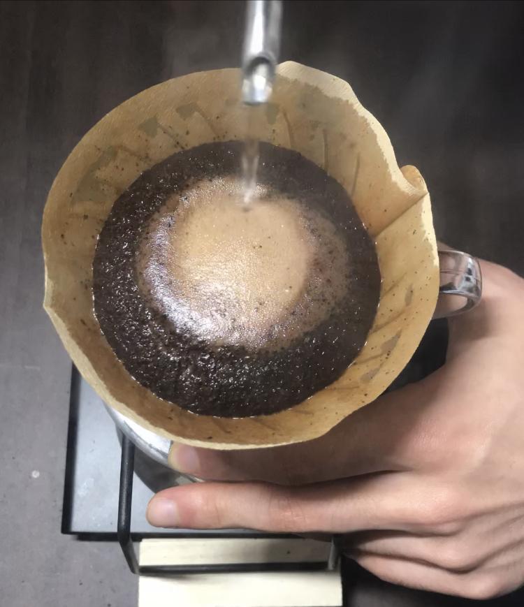 コーヒー抽出中の写真