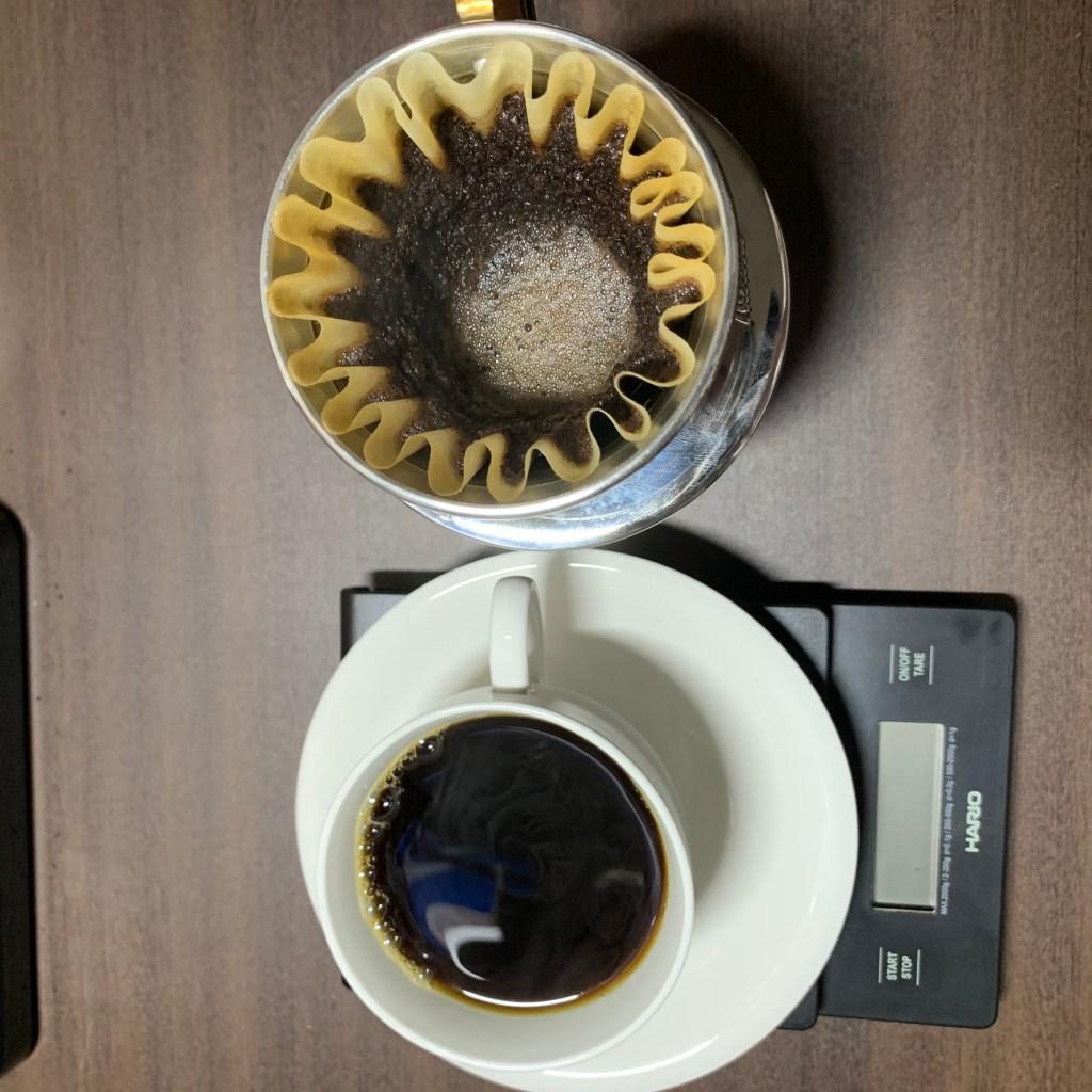 コーヒーカップと抽出後のウェーブドリッパー