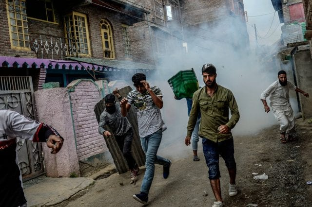 (احتجاج خارج سريناجار تحول إلى العنف بعد أن أطلقت الشرطة قنابل الغاز عليهم)