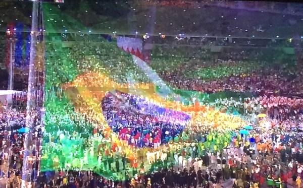 Delegação brasileira entrando no Maracanã.