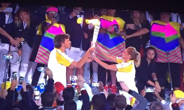 Gustavo Kuerten entregando a Chama Olímpica para Hortência.