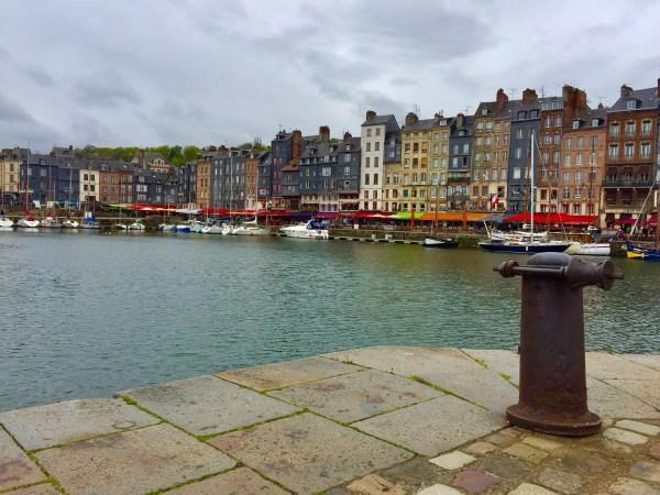 Vieux Bassin, local bem movimentado de Honfleur com vários restaurantes ao redor. (Foto: Blog Tirando Férias)