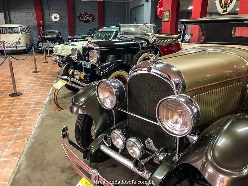 carros antigo no museu do automóvel em curitiba