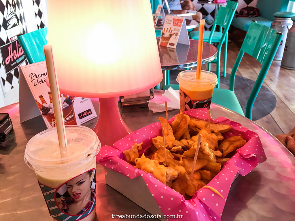 Milkshakes e uma porção de batata frita com cheddar no Holiday Gourmet