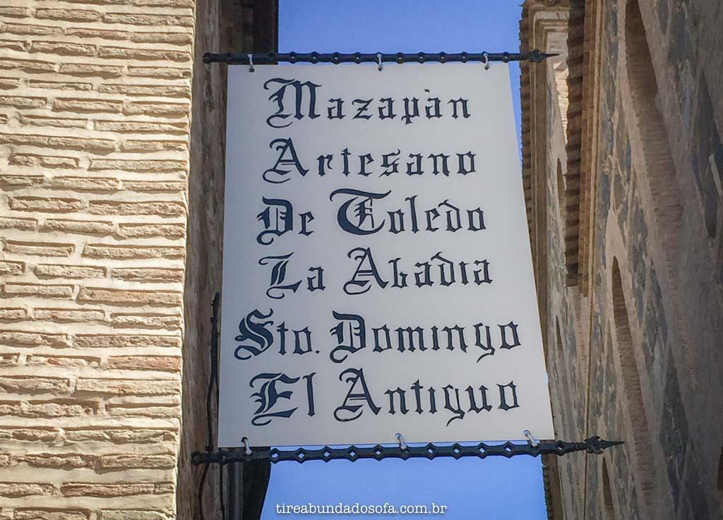 placa de uma loja de mazapán, doce típico de toledo, espanha