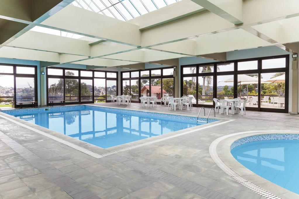 Piscina coberta e aquecida, no Serra Alta Hotel, em São Bento do Sul