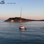 pequeno barco veleiro navegando em hvar, na croácia
