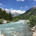 rio cor de gelo nos alpes albaneses, montanhas da albânia, theth