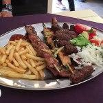 prato de carnes assadas em kotor, montenegro