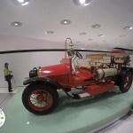 caminhão de bombeiro antigo marca porsche, exposto em stuttgart, alemanha