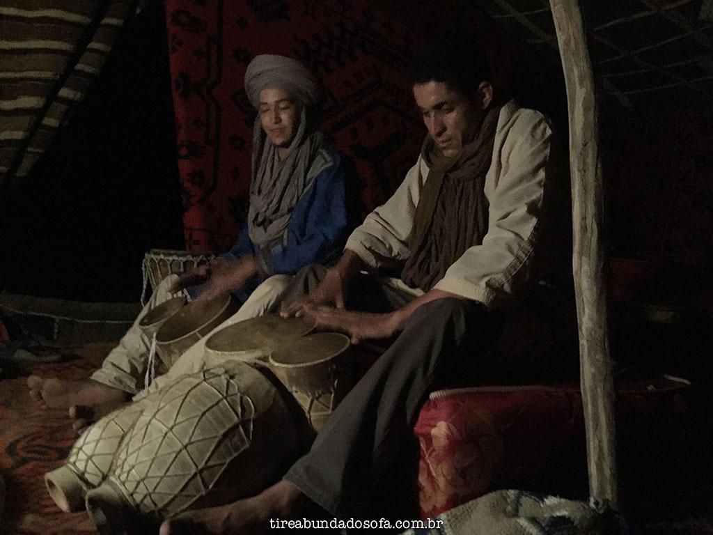 tour pelo deserto no marrocos, passeio de camelo no marrocos, acampar no deserto do sahara, barracas no deserto, música marroquina