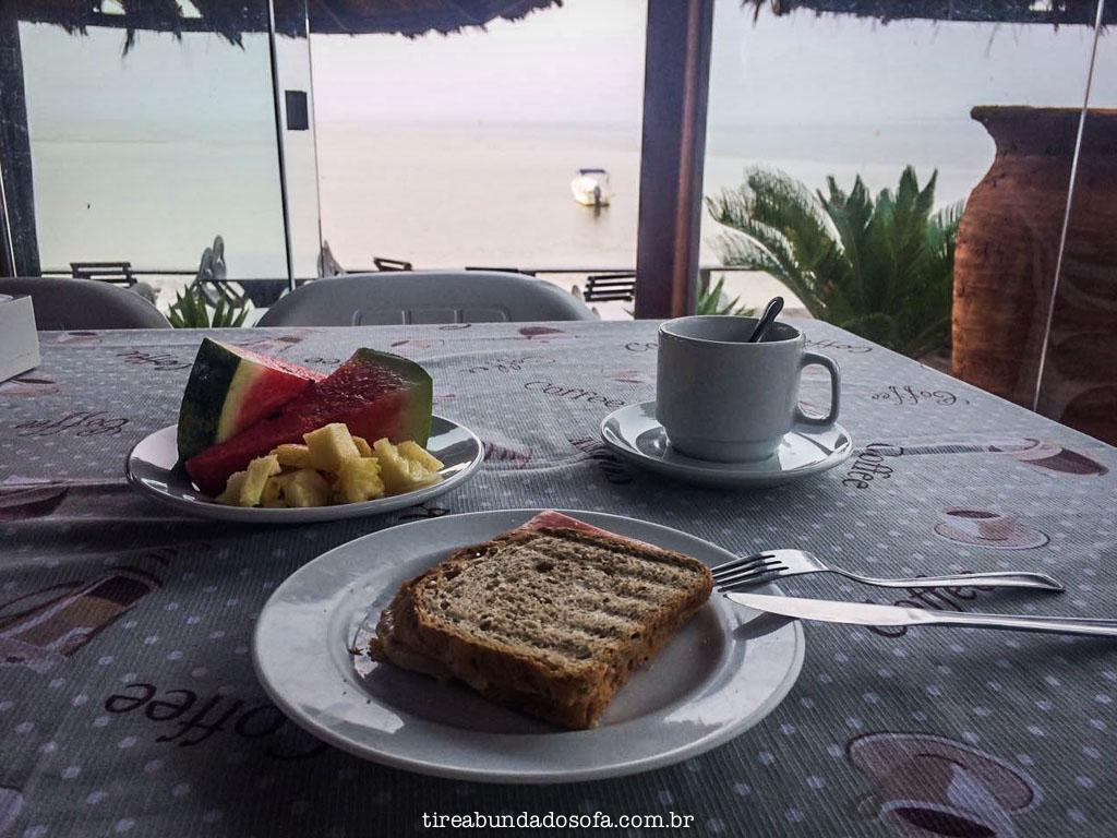 Café da manhã com vista para o mar, na pousada pôr do sol, na ilha do mel