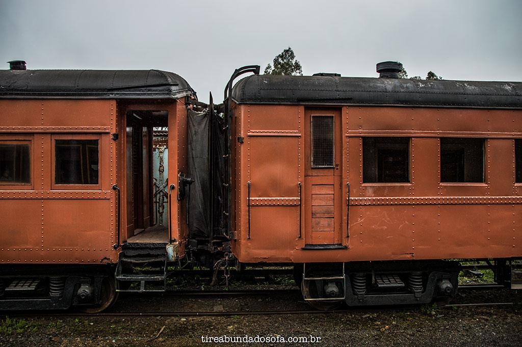 Vagões antigos, esperando para serem restaurados pela ABPF